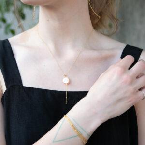 Naszyjnik z nieregularną perłą i łańcuszkiem