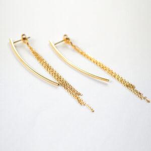 Kolczyki na sztyfcie – łuki z łańcuszkiem