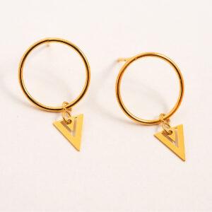 Kolczyki na sztyfcie – kółka z małym ażurowym trójkątem